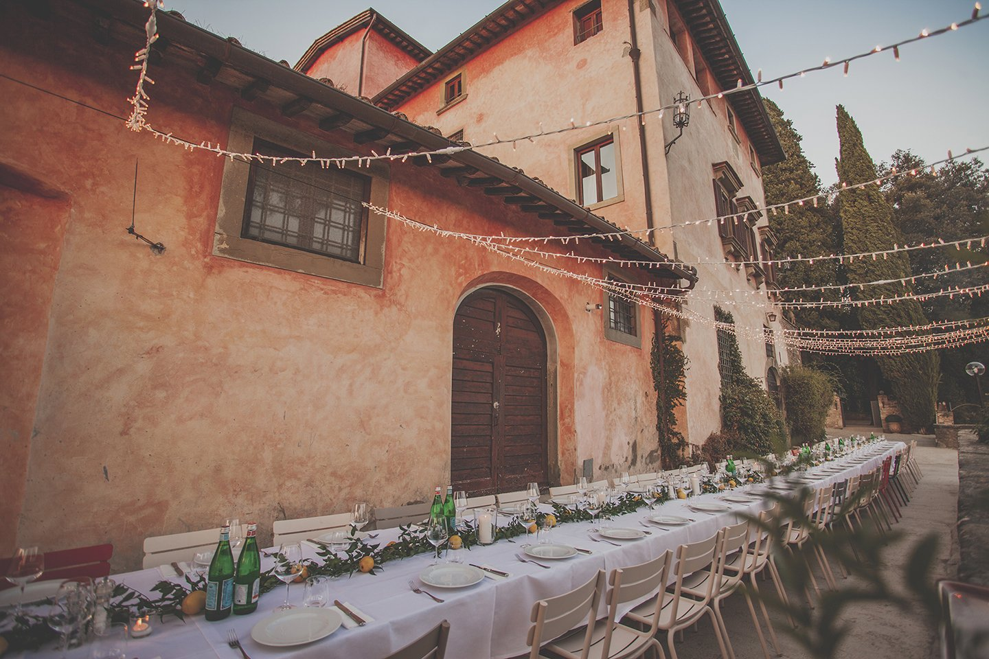 long-rehearsal-wedding-table-with-lemon-decor-vignamaggio-Tuscany