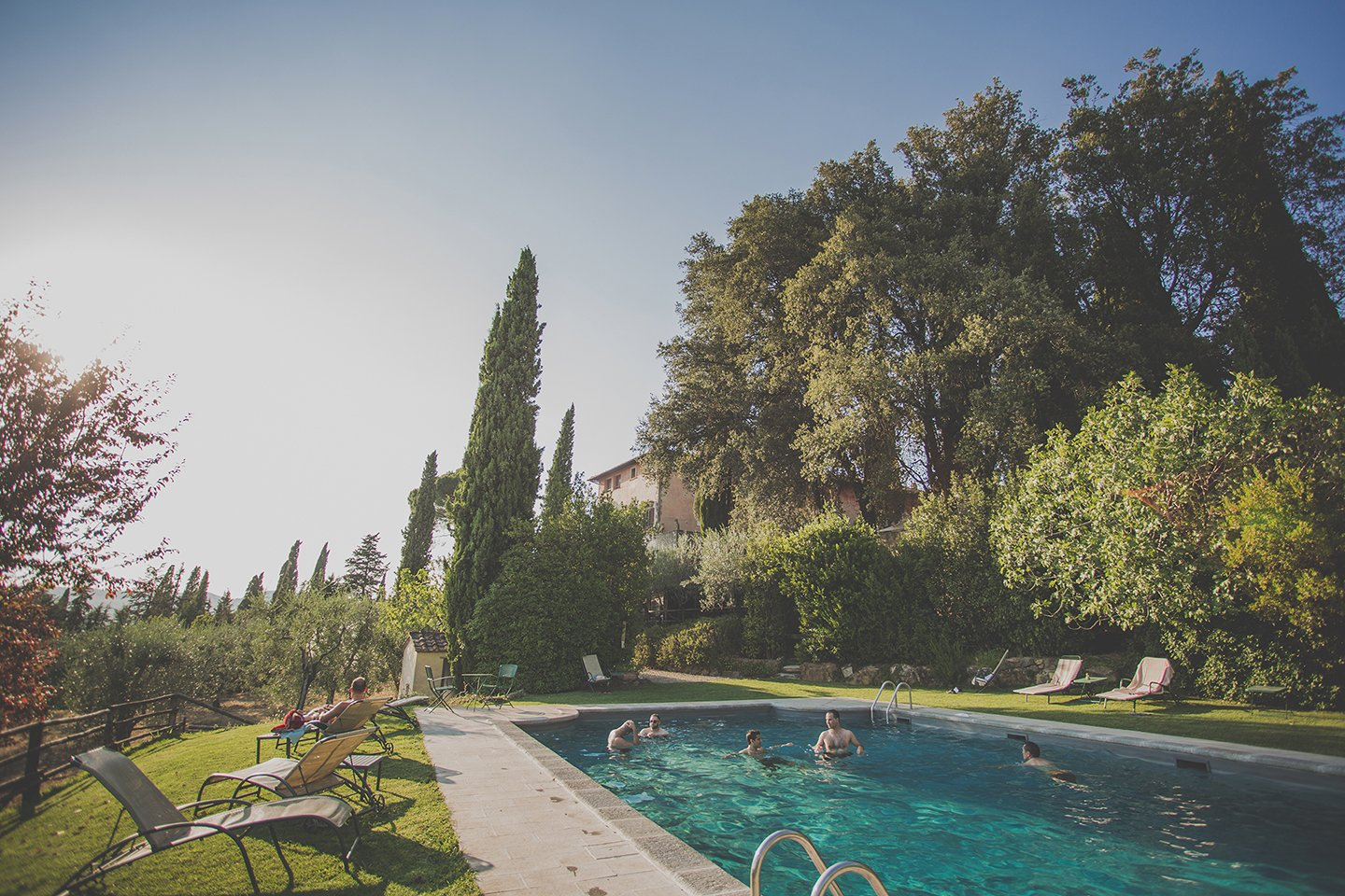 guests-swimming-pool-pre-wedding-party-in-vignamaggio