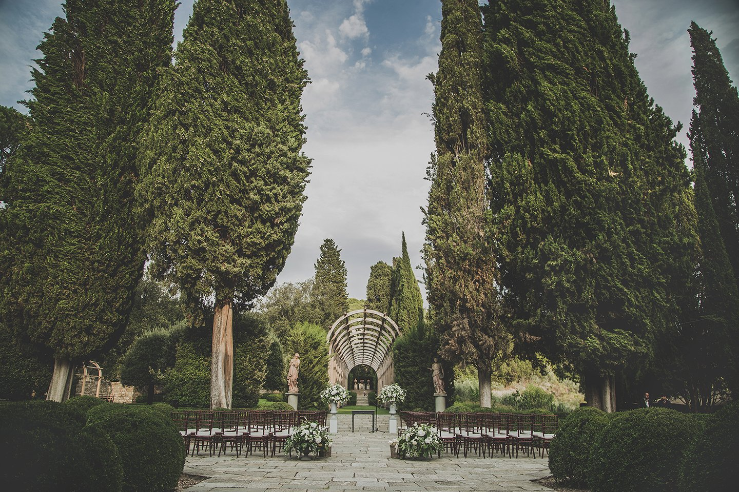 outdoor-wedding-ceremony-white-decor-Vignamaggio-Tuscany-