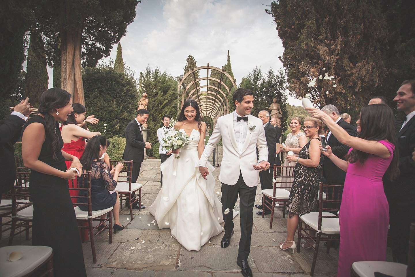 confetti-throwing-outdoor-blessing-wedding-ceremony-tuscany-Vignamaggio