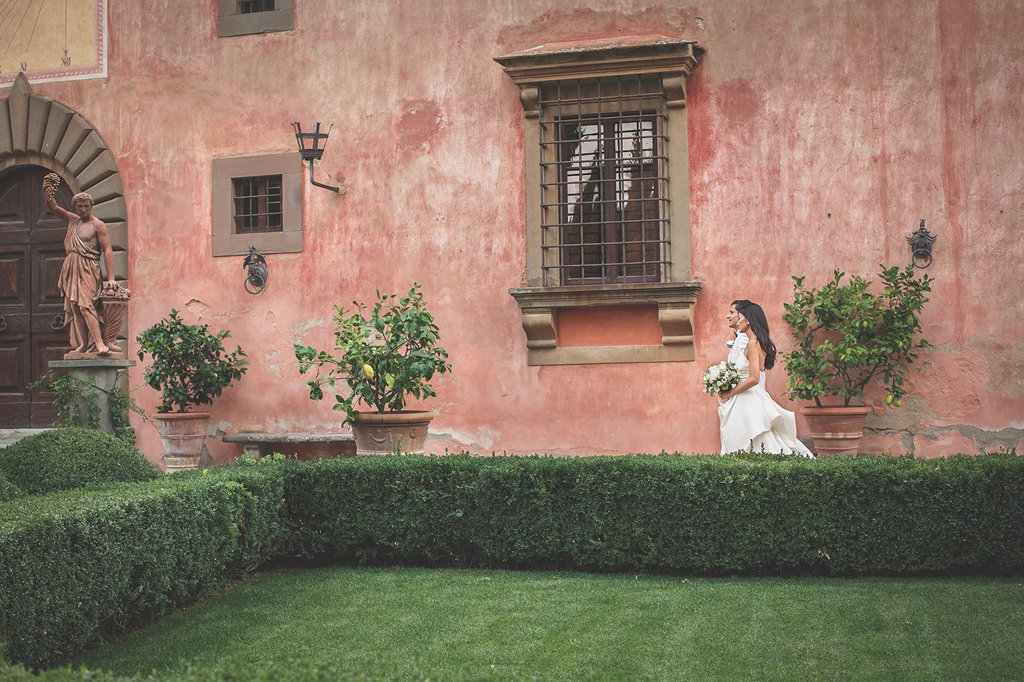 natural-wedding-portrait-session-italian-garden-Vignamaggio-Tuscany-Italy