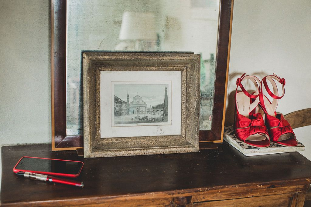Intimate-Wedding-Florence-bride-red-shoes-vintage-010