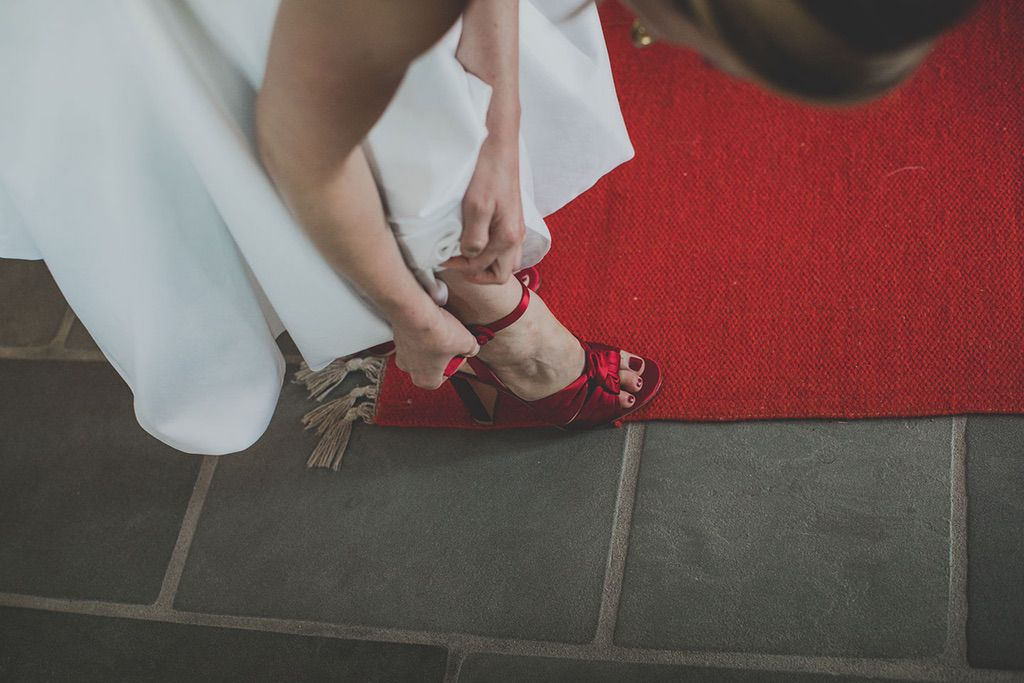 Family-Intimate-Wedding-Florence-bride-red-shoes-016