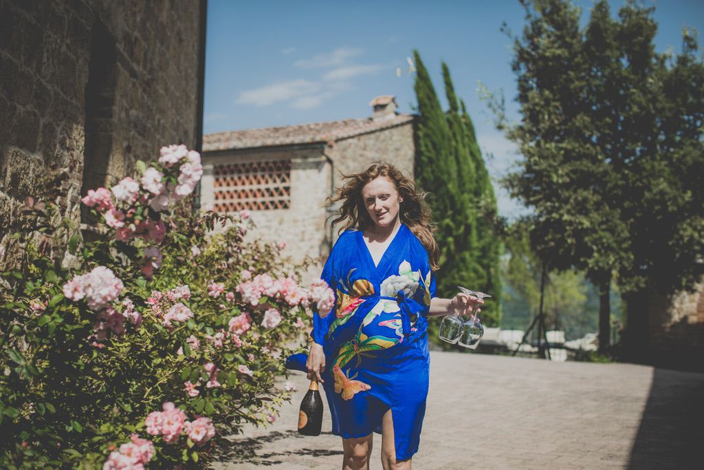 bride-blu-wedding-robe-photographer-tuscany-002