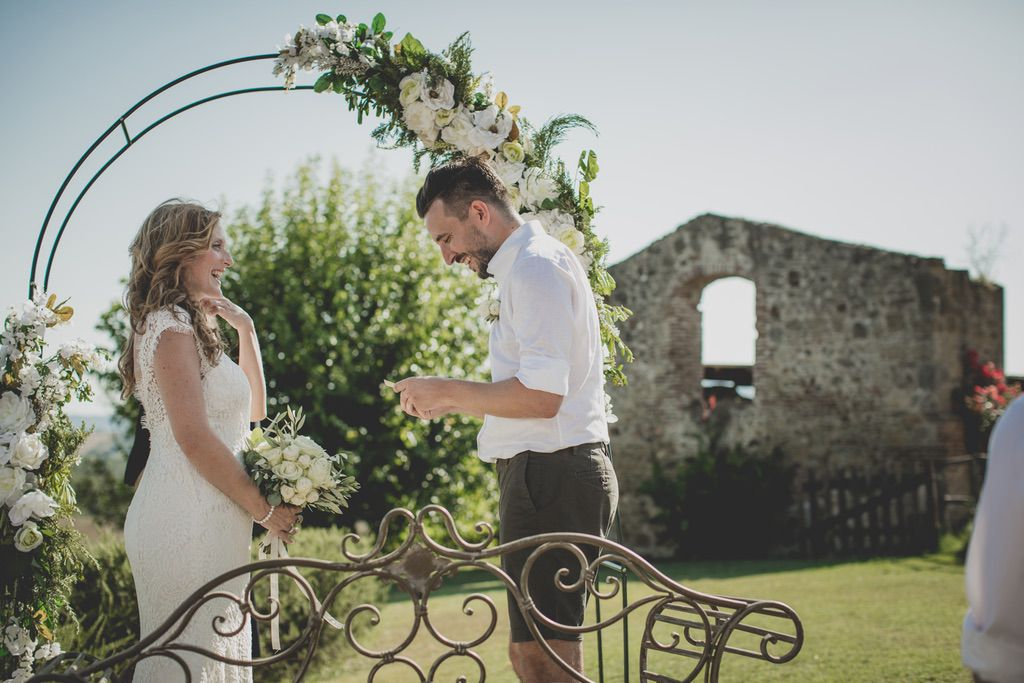 exchange-vows-outdoor-blessing-ceremony-tuscany