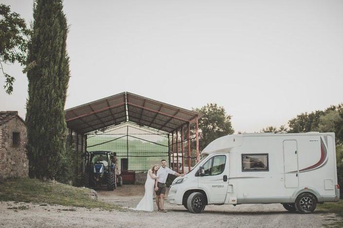 wedding-camper-bride-groom-tenuta-di-Papena-Tuscany