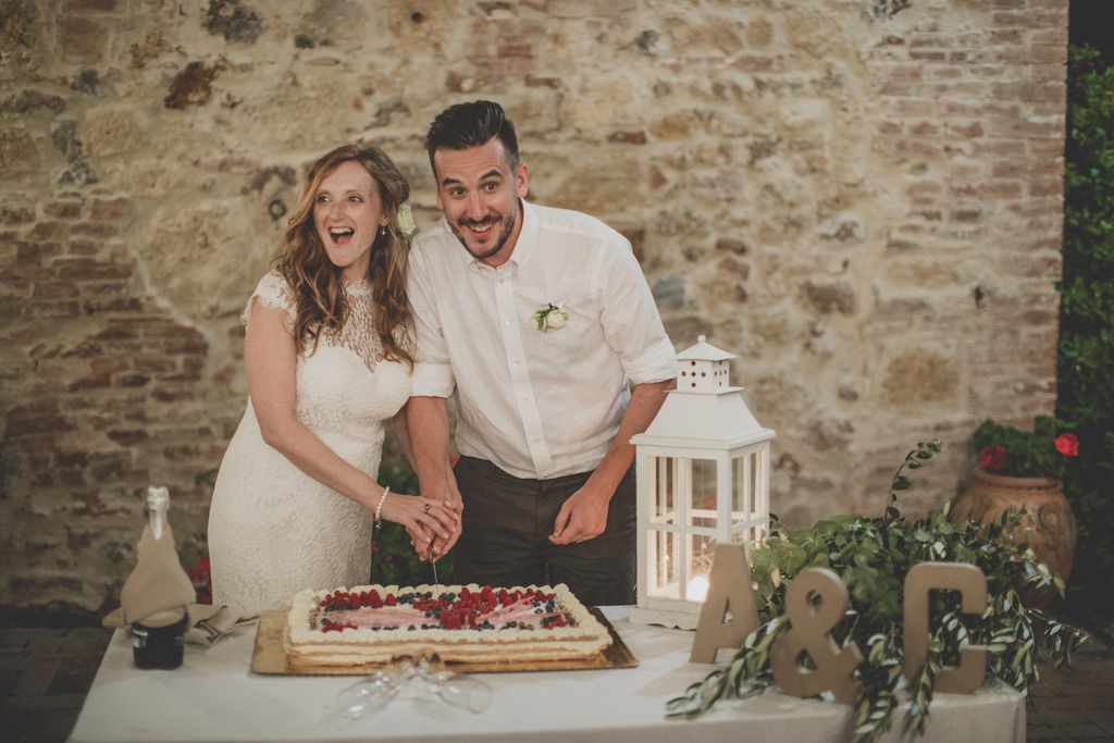 wedding-cake-cutting-Tenuta-di-Papena-Tuscany