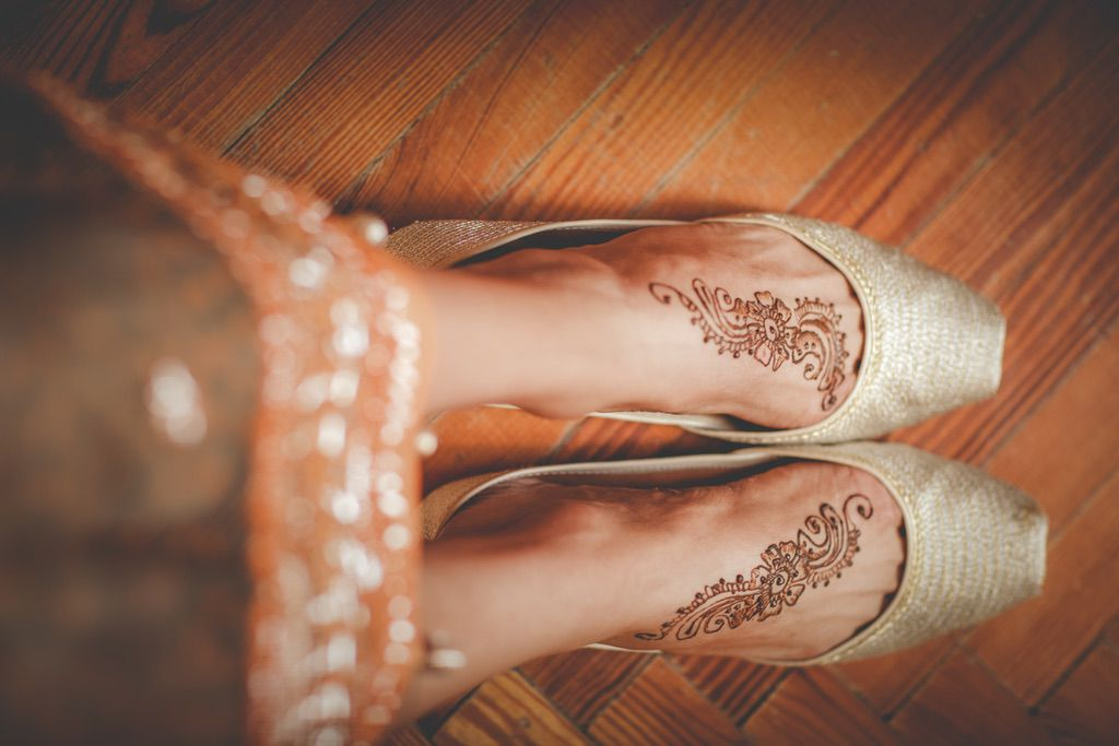 bride-henna-painting-foot-Pakistani-wedding-villa-catignano