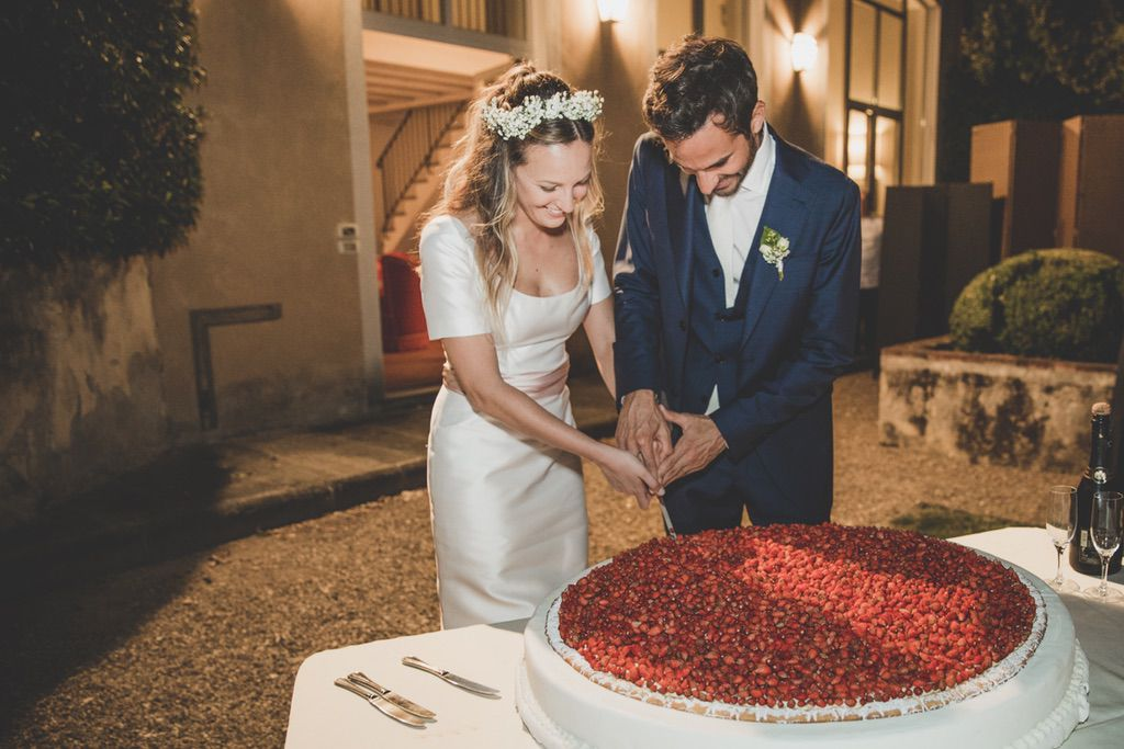 cut-of-the-strawberry-cake-wedding-private-family-villa