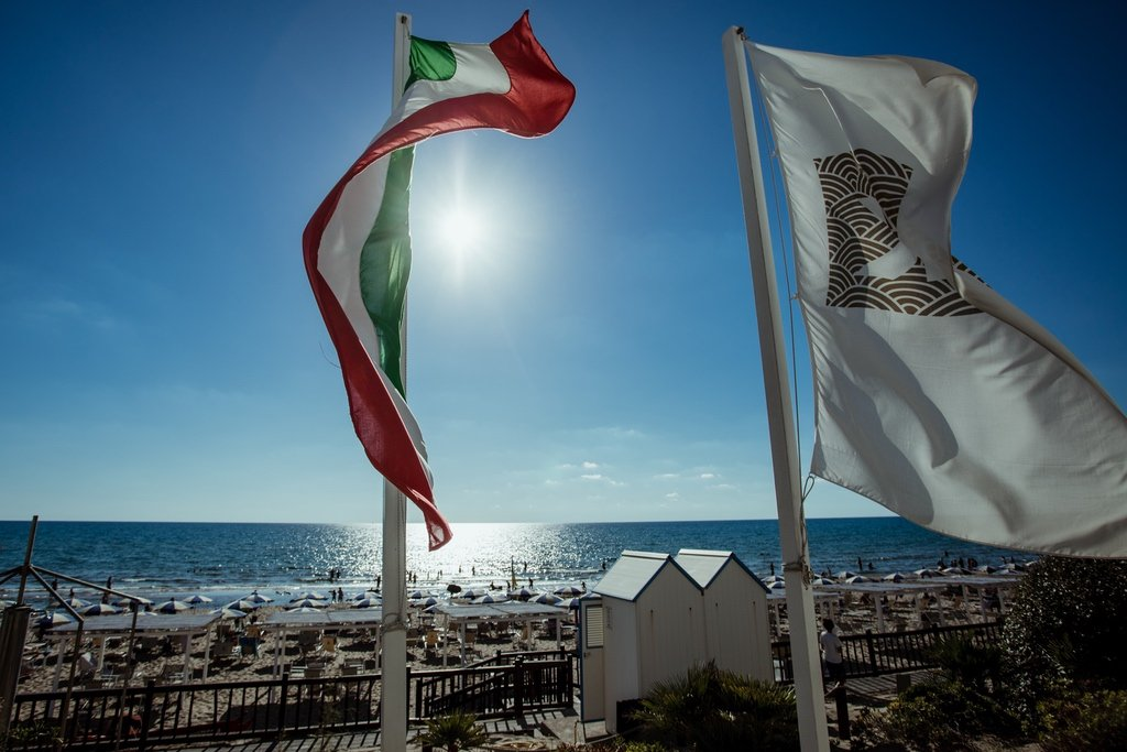 destination-seaside-beach-wedding-Italy-flags-oasi-di-Kufra