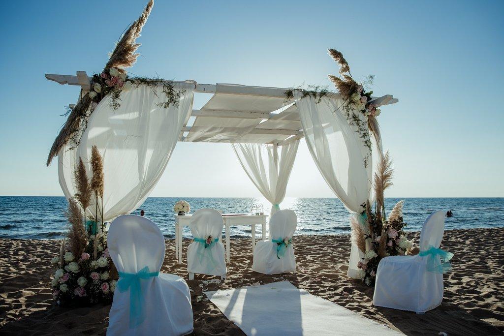 white-wedding-gazebo-on-the-beac-sabaudia-peonies-roses-pampas-