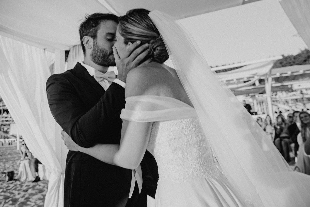 Bride-groom-kiss-beach-wedding-day-South-Italy