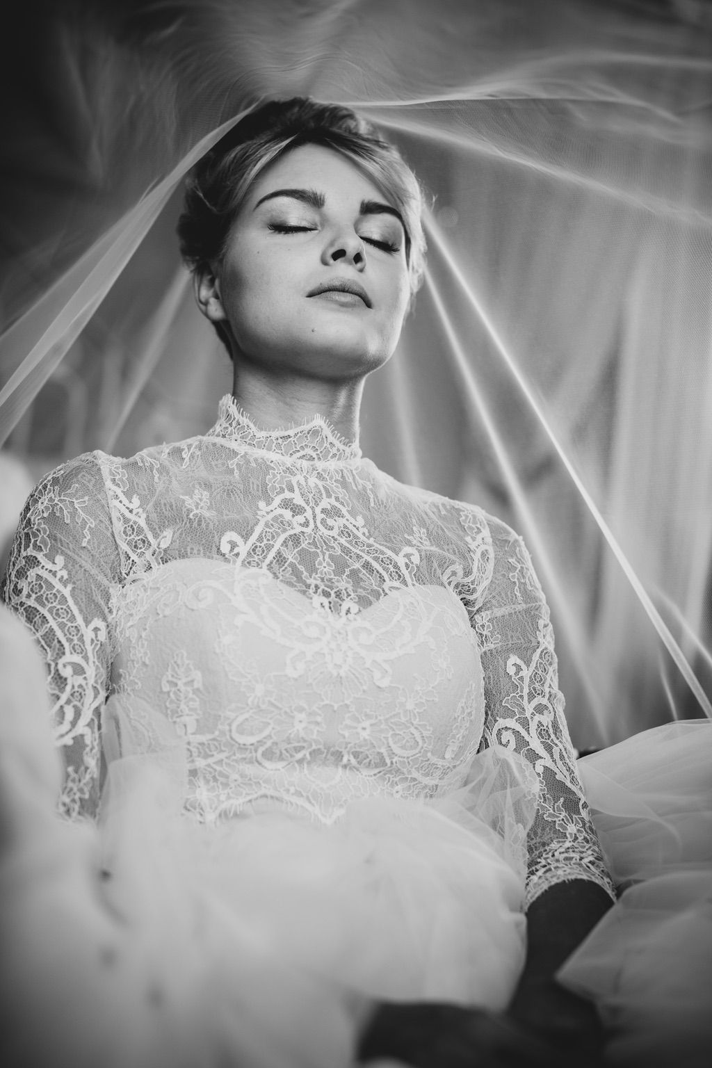 Bride through her wedding veil while she is getting ready in Firenze
