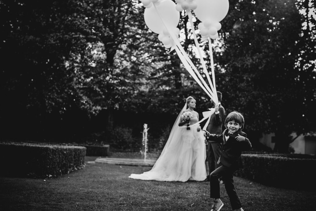 bride groom photo session with balloons in Firenze Italy