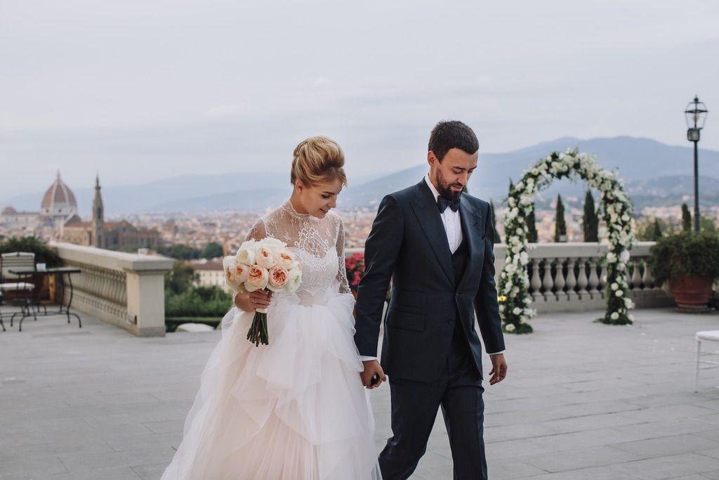 bride and groom walking in the terrace of villa vedetta in Firenze